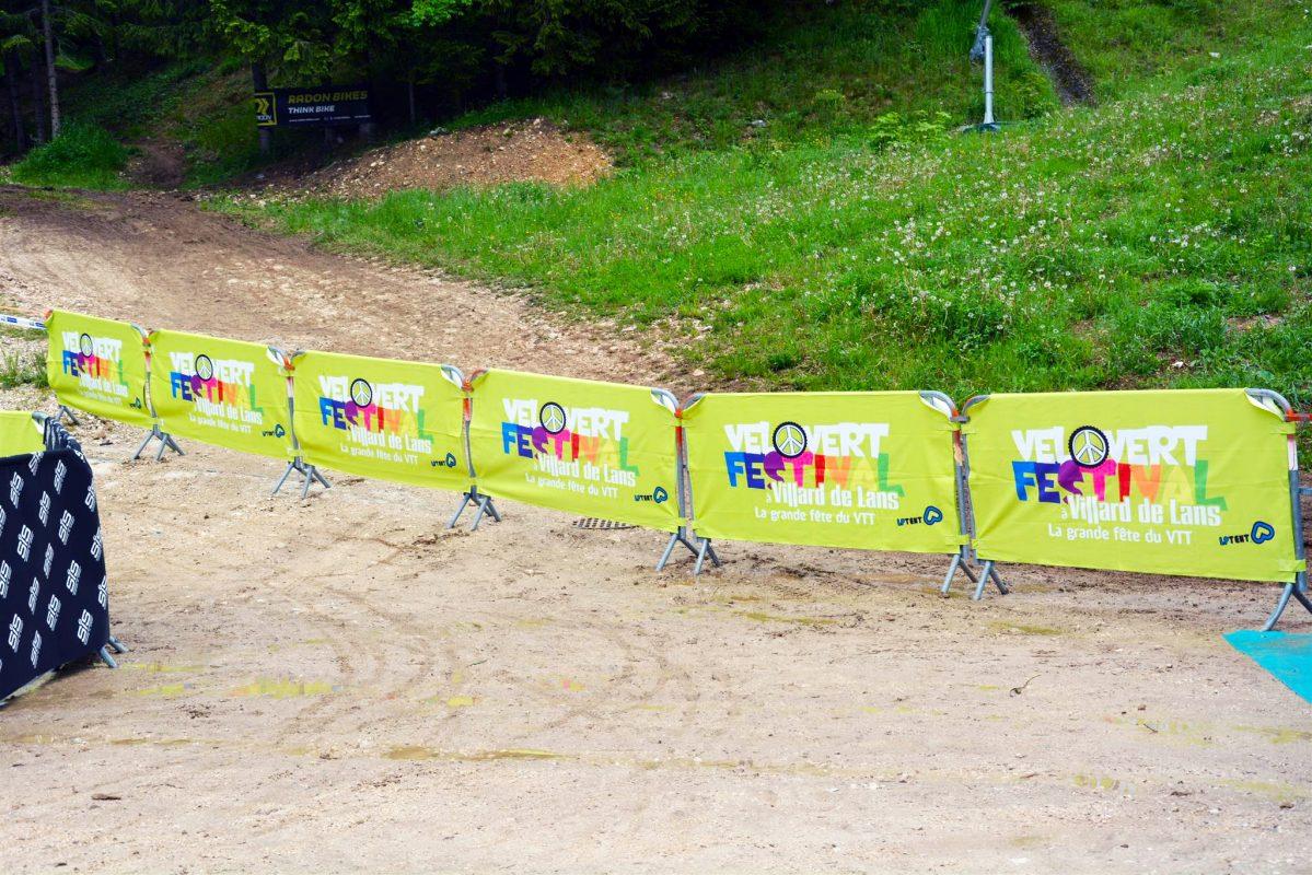 LPTENT - Soportes comunicación - Valla publicitaria barrera personalizada en Velovert festival